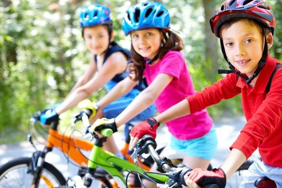niña ejercicio bicicleta