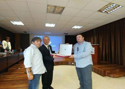 El Doctor Baranda recibe de Oscar Padura ( Asociación FQ Euskadi), placa agradecimiento por toda una vida dedicada a la FQ