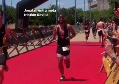 Jonatan entra en la meta triatlon Sevilla