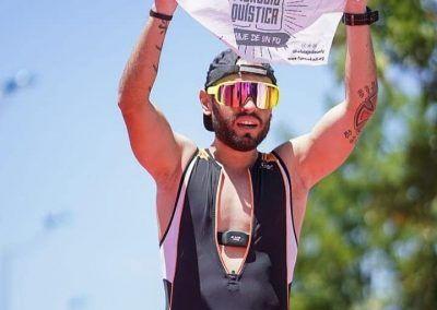 Jonatan entrando a meta triatlon sevilla