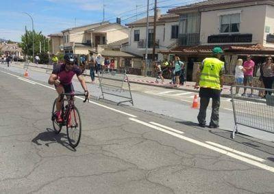 Jonatan en la parte de bicicleta del triatlon